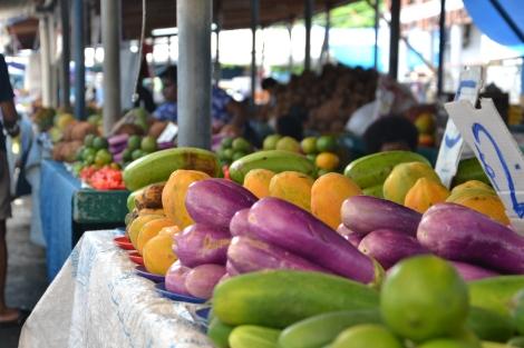 Papaya und andere lokale Köstlichkeiten auf einem Markt in der Hauptstadt Suva