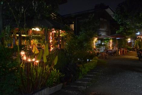 Nächtliche Beleuchtung im Hostelgarten