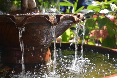 Ein Brunnen sorgt für eine entspannende und warme Atmosphäre!
